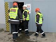 Pracovníci ostrahy Elektrárny Tušimice vyrážejí na obhlídku haly odvodnění. V reálu by to pochopitelně byla záležitost Policie ČR s chráněným odborným doprovodem.