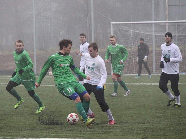 FC Chomutov - 1. FC Karlovy Vary 1:1, domácí ve světlém.