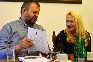 Starosta Kadaně Jiří Kulhánek a jirkovská místostarostka Dana Jurštaková s dopisem od premiéra