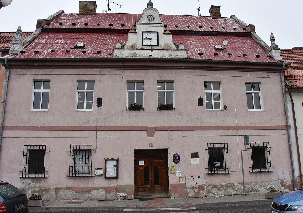 Obecní úřad je jednou z nejstarších budov v Údlicích. Kromě historických záznamů to prozrazují už jen prvky na střeše a klenba ve vstupní hale.
