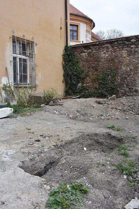 Dům číslo 69, který sousedí se státním okresním archivem (na snímku vpravo), ve svých základech skrývá pohnutou historii.
