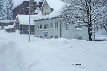 Idyla? Pro obyvatele horských obcí jen stěží. Na snímku vejprtské domy zapadané sněhem.