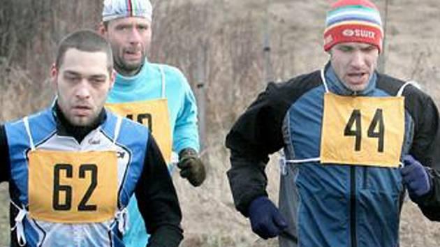 Vítězové minulých ročníků Zimního běžeckého poháru stoupají letošním pořadím, Ladislav Doležal (62 vlevo) je pátý a Petr Hudek (44) s minimální ztrátou hned za ním.