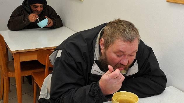CHUTNALO. Mezi prvními bezdomovci, kteří se letos přišli zahřát na magistrát polévkou, byli dva muži ve věku devětapadesát a jednačtyřicet let.