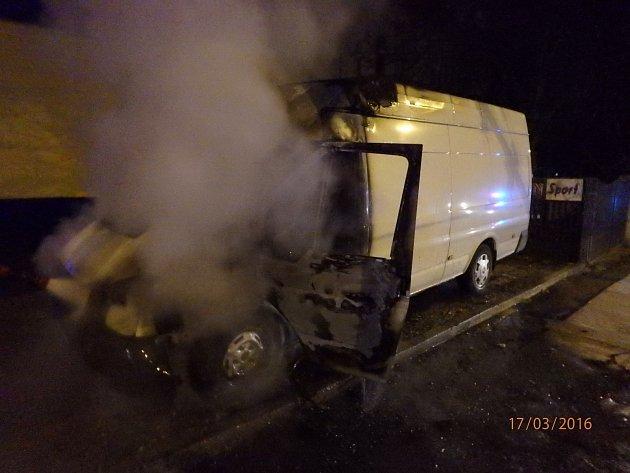 Kabina dodávky zaparkované vČelakovského ulici shořela, možná jí někdo zapálil.