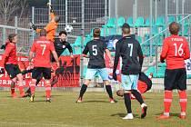 Běží 45 minuta utkání a chomutovský kanonýr Martin Boček (v černém) posílá hlavou míč podruhé do sítě týmu Sportovní Sdružení Ostrá.