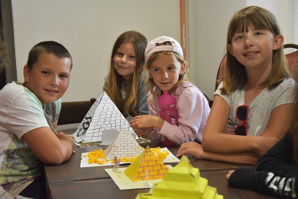 V Zásadě u Kadaně táboří pionýrská skupina z Ústí nad Labem. Poznává tam země světa a staví například egyptské pyramidy.