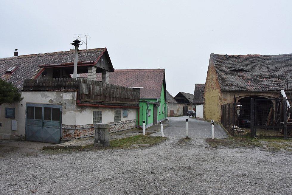 Domy v Údlicích jsou stavební všehochutí. Novostavby se střídají se starší zástavbou, kde nechybí původní hospodářské dvory s kůlnami a hromadami sena.