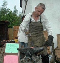Otevření skanzenu v Podkrušnohorském zooparku. Své umění předváděl i kovář, který vyráběl podkovy pro štěstí.