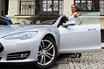 Elektromobil Tesla, který stojí v plné výbavě tři miliony korun, před chomutovským divadlem vyzkoušela Petra Kotyzová