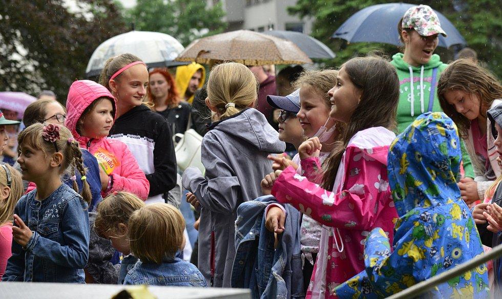 Pohádkové řádění přilákalo rodiny do chomutovského parku. Déšť je neodradil