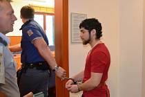 Eskorta přivádí obžalovaného Baňa k soudu.