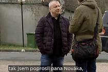 Zdeněk Fojtík reportérovi ČT vysvětluje, proč za jeho firmu CV Relax vystupoval Alexandr Novák.