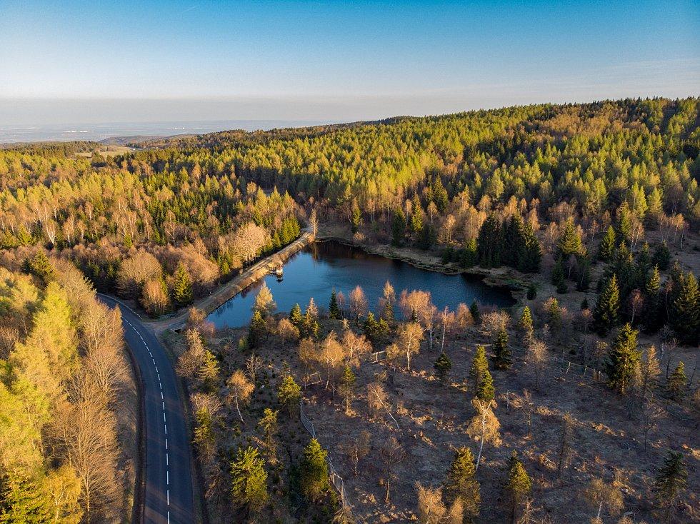 Západ slunce na rybníku v Zákoutí u obce Blatno kousek nad Chomutovem v Krušných horách.