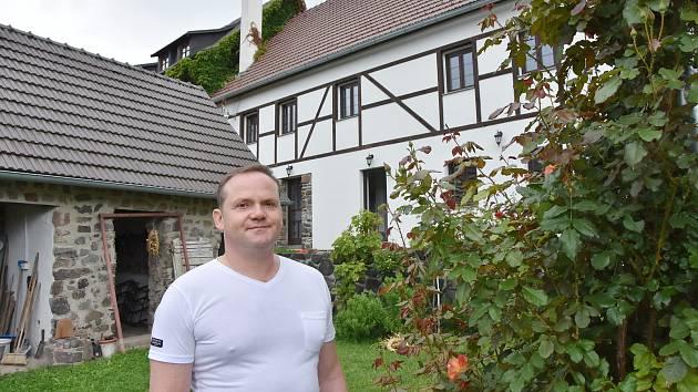 Jiří Spilka před domem svých předků, který se mu podařilo získat a obnovit.