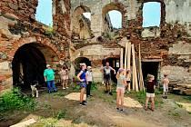 Se záchranou zámku v Pětipsech spolku pomáhají brigádníci.