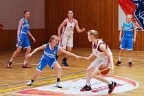 Utkání basketbalistek Chomutova (v bílém) proti Strakonicím