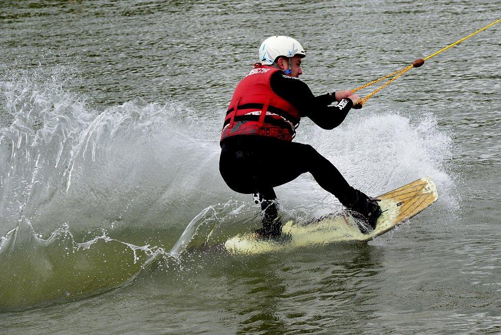 Areál vodního lyžování na Bandě v Chomutově.