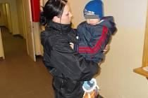V NÁRUČÍ policistky už se chlapec cítil bezpečně. Zbytek noci strávil v nemocnici, kde si ho v sobotu ráno vyzvedla nešťastná maminka. Ta nyní hořce lituje, že svěřila dítě do péče svého, nyní již bývalého, přítele.