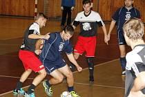 Čtvrtá zimní futsalová liga má za sebou první kolo. FC Panthers porazili Generali 2007 2:0. Generali na snímku v modrém