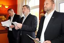 NOVÁ KOALICE a její zástupci při představování programového prohlášení. Zleva Marek Hrabáč (ANO), Daniel Černý (PRO Chomutov) a Jaroslav Komínek (KSČM).