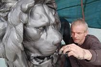 KOVOVÝ HLÍDAČ. Umělecký kovář Vít Nohýnek natírá grafitovou barvou lva, který se vrátí na pilíř brány Kludského vily.