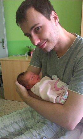 Viktorie Vaculová se narodila mamince Lucii Horčičkové 21.srpna 2015v08:07 hodin vchomutovské porodnici. Dcera po porodu měřila 51cm a vážila 3000gramů. Na fotografii si ji vnáručí chová tatínek Lukáš Vacula.