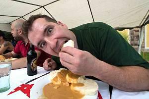 PADNE REKORD? Sní někdo za půl hodiny padesát knedlíků se svíčkovou? Pak by se stal rekordmanem! Největší porce snězená v rámci soutěže jedlíků na Mistrovství světa ve svíčkové čítala totiž 48 knedlíků.
