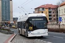 Trolejbus na zastávce v Palckého ulici