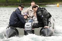 Kdo se nesvezl v policejním člunu při loňské Bambiriádě, může si plavbu zkusit letos.