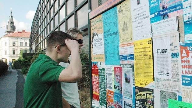 Také Ondřej s Jirkou se pozastavili nad textem plakátu Autonomních nacionalistů , nečerno vylepeném v Mostecké ulici.