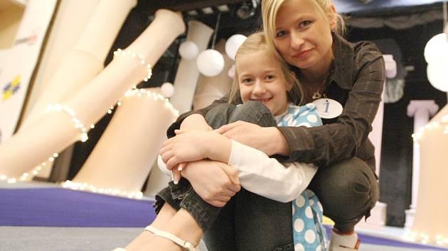 JDOU DO FINÁLE. Kateřina Bártlová se svou dcerou Adélkou odpočívají na pódiu chomutovského divadla při včerejší zkoušce. Finále Missis 2009 se koná v sobotu.