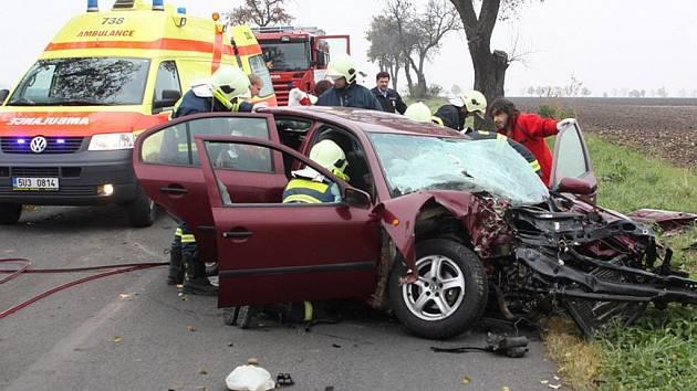 Hasiči vyprostili řidičku zaklíněnou ve voze. Hned nato ji odvezla záchranka.