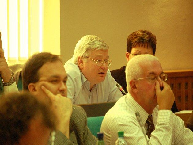 Ladislav Drlý (uprostřed) ze svého zastupitelského místa kritizuje smlouvu s firmou Spar. Foto Deník/Vojtěch Janda