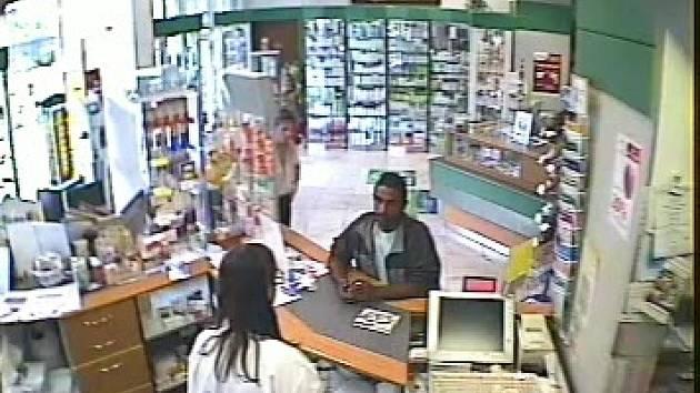 Zloděj, jak ho zachytila kamera v lékárně.