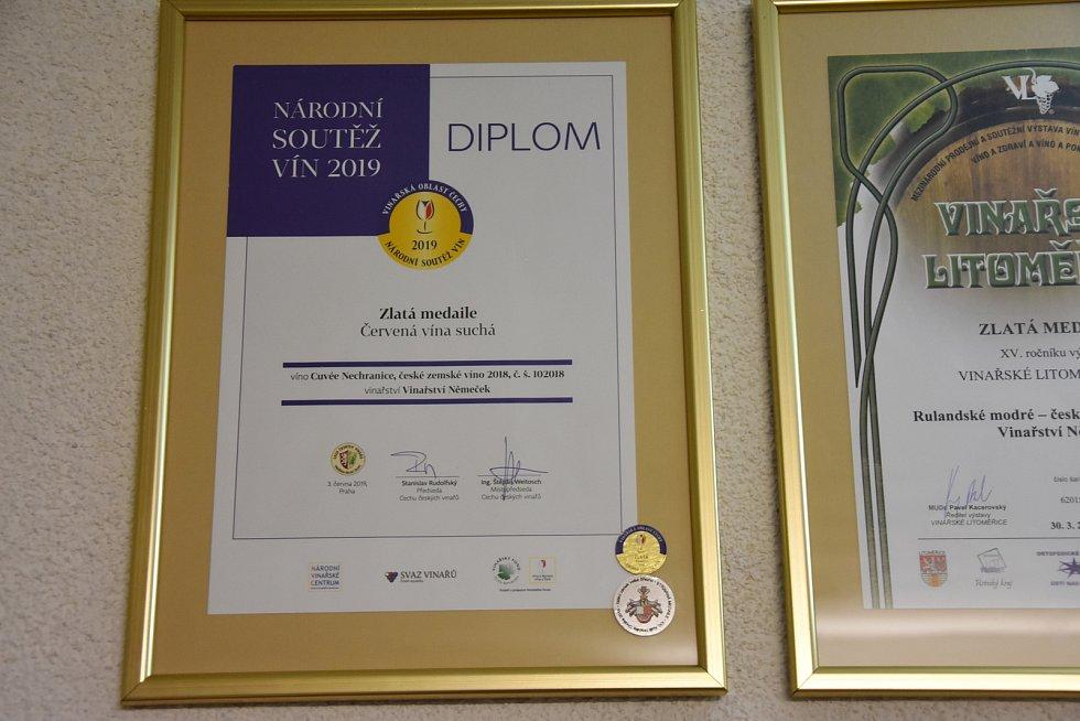 Úspěchy vinaře Karla Němečka a jeho rodiny dokazuje řada diplomů. Nejcennější byla zlatá medaile v Národní soutěži vín v roce 2019, kterou získal za suché červené víno.