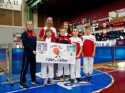 Na snímku tým karatistů Kadaně a Klášterce na ME v Srbsku s trenérem Josefem Patíkem.