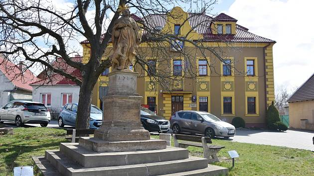 Socha sv. Rocha před obecním úřadem v Hrušovanech. Zrestaurovaná byla v roce 2012.