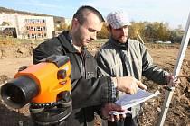 Stavbyvedoucí Jaroslav Hrynčuk (vlevo) a Michal Schilinger při výměře pozemků na budoucím hřišti.