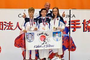 Medailisté s trenérem Josefem Patíkem.