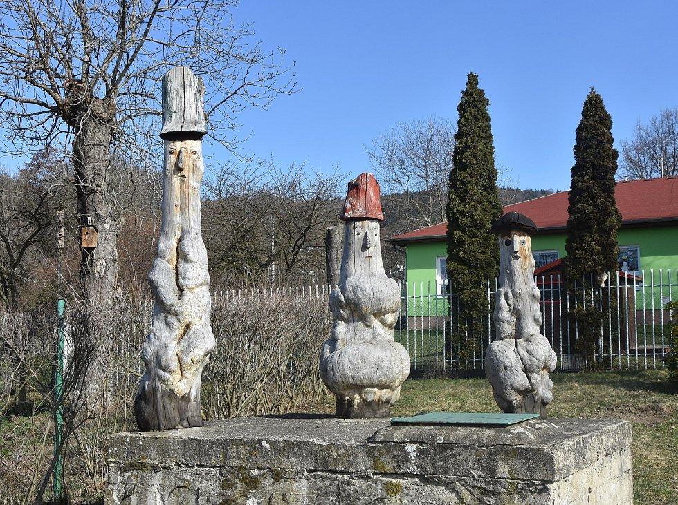 Dřevěné sochy v Zelené vypadají jako postavičky ze Svěrákova filmu Kuky se vrací.
