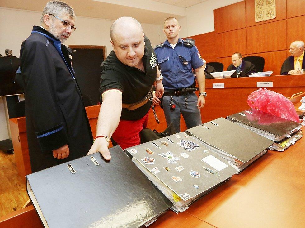 OBŽALOVANÝ Petr Mikoláš se na proces pečlivě připravil. Do soudní síně si přinesl pět šanonů se svými poznámkami.
