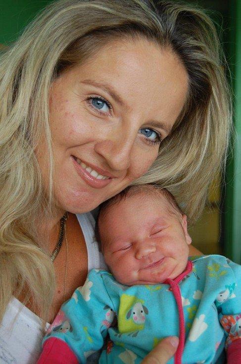 Viktorka Rabochová blaženě odpočívá v náruči maminky Moniky Rabochové Mondokové. Narodila se 20. 8. v 7:30 hod. v chomutovské porodnici, vážila 3,45 kg a měřila 52 cm. Rodina žije ve Vysoké Peci.
