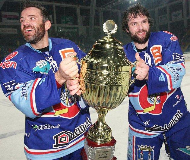 Chomutovští hráči Hruška a Bombic s pohárem pro vítěze Play-off I. hokejové ligy.