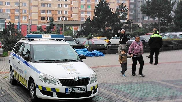 Policie u plachtou přikrytého mrtvého muže před obchodním centrem Chomutovka.