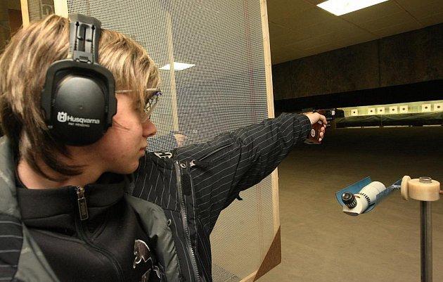 Jeden z mladých střelců při prvním ostré soutěži v nové hale.