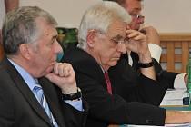 Opozičním zastupitelům z ČSSD (na snímku Beneš Vraný a Pavel Polák) se rozpočet nelíbil. Hlavně kvůli tomu, že se v něm počítá s utracením velké části peněz ušetřených v minulých letech.