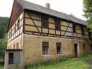 Hrázděný dům stával i na Druhém mlýně v Bezručově údolí v Chomutově. Býval v něm hotel, který vyhořel.