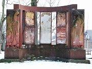 Tak vypadal pomník v Jirkově na začátku roku 2018 - holé cihly a pomalované stěny.