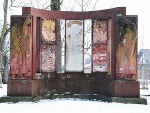 Současná podoba pomníku - holé cihly a pomalované stěny.